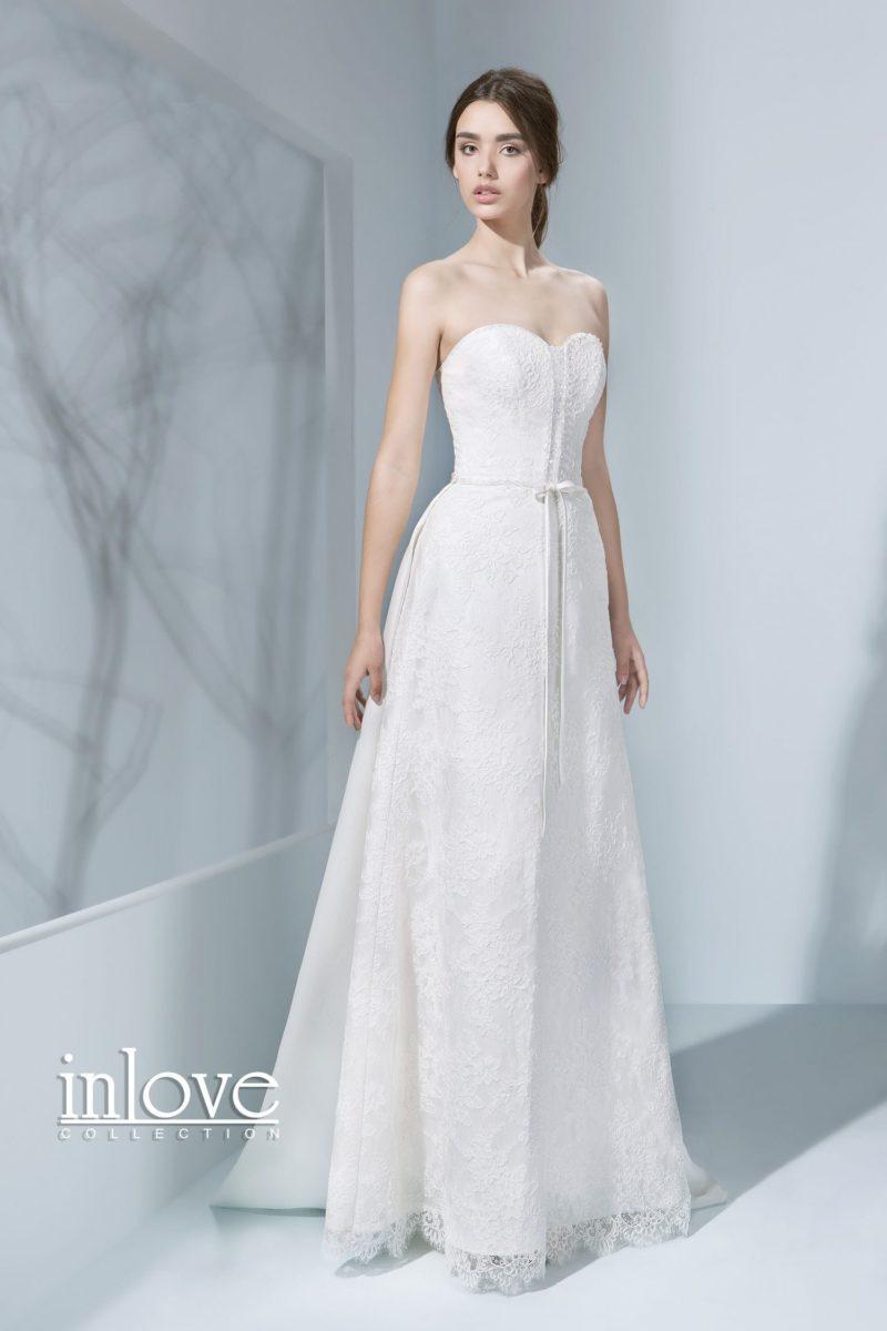Нежное свадебное платье с лифом в форме сердечка и кружевной отделкой многослойной юбки.