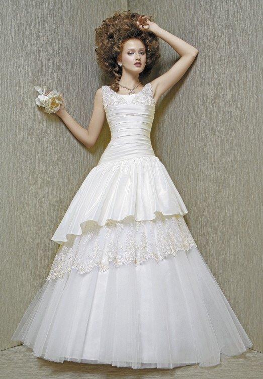 Свадебное платье с глянцевым корсетом и многоярусной фактурной юбкой.