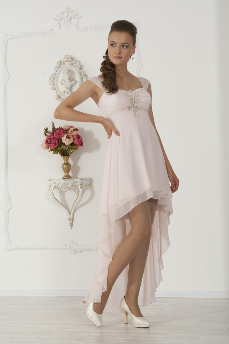 Необычное свадебное платье с укороченным спереди подолом и широкими бретельками.
