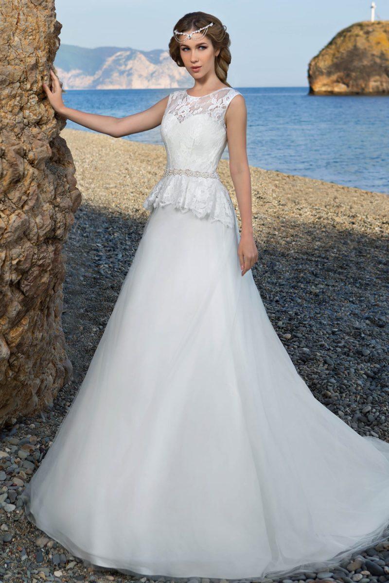 Свадебное платье с изящным округлым верхом, узким бисерным поясом и кружевной баской.
