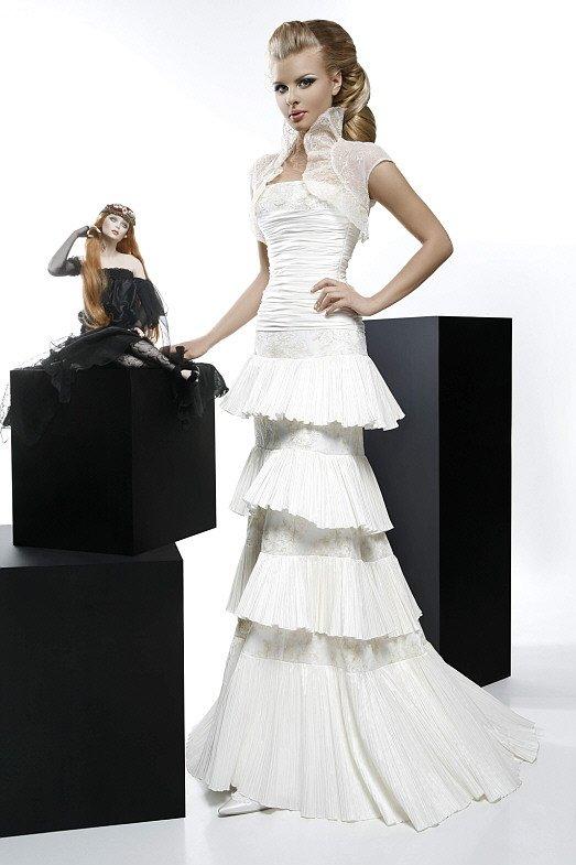 Свадебное платье с несколькими ярусами оборок на юбке и фактурным болеро.