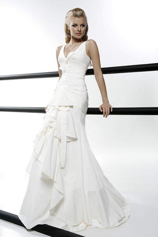 Свадебное платье «рыбка» с множеством волн и оборок по юбке.