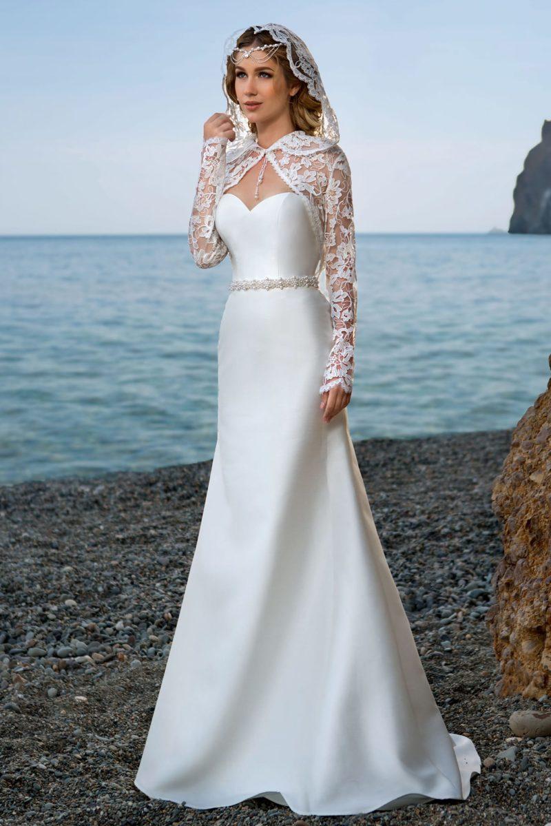 Атласное свадебное платье с узким бисерным поясом и кружевным капюшоном.