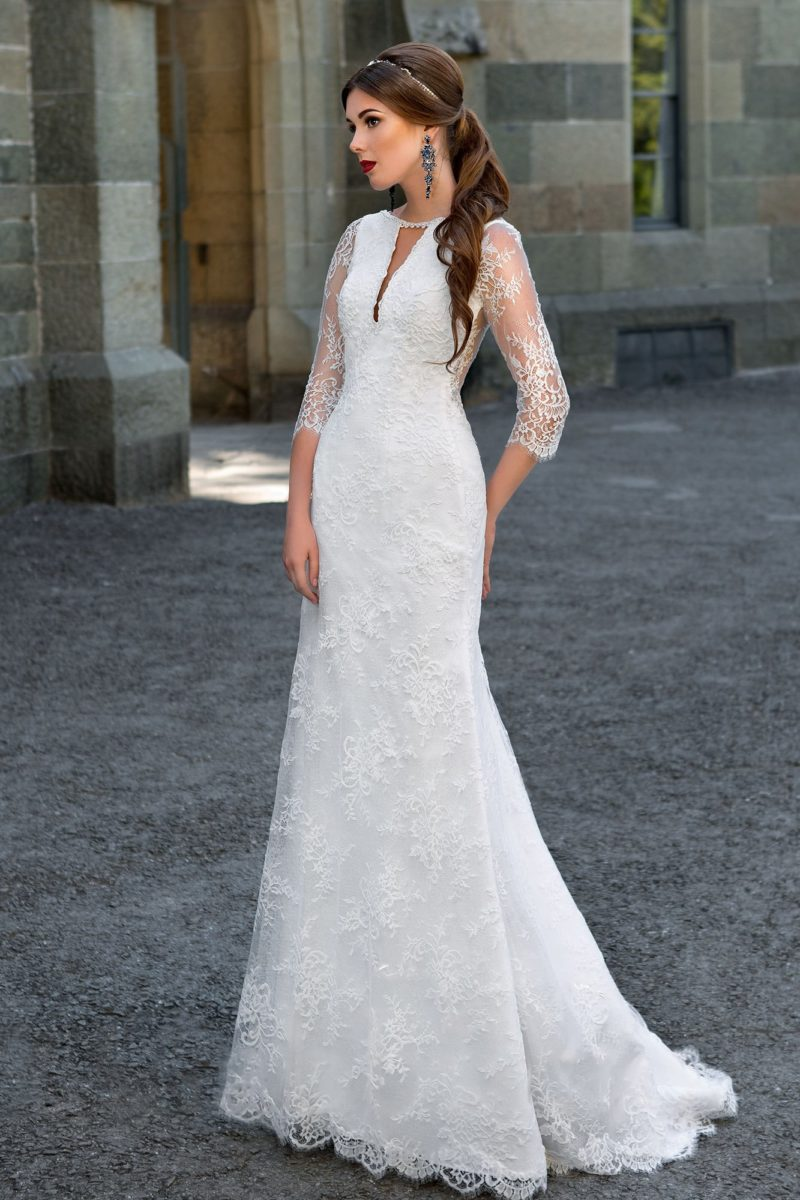 Облегающее свадебное платье с оригинальным V-образным вырезом и стильными рукавами.