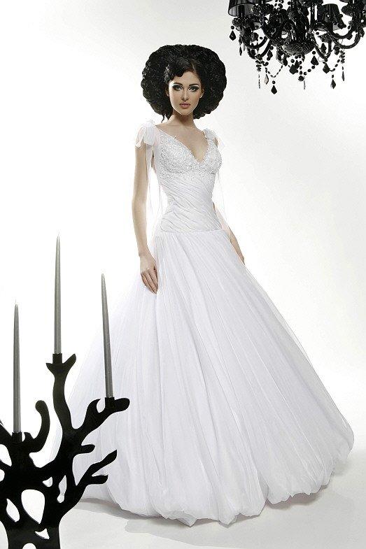 Свадебное платье «принцесса» с выразительным корсетом и кружевом на лифе.