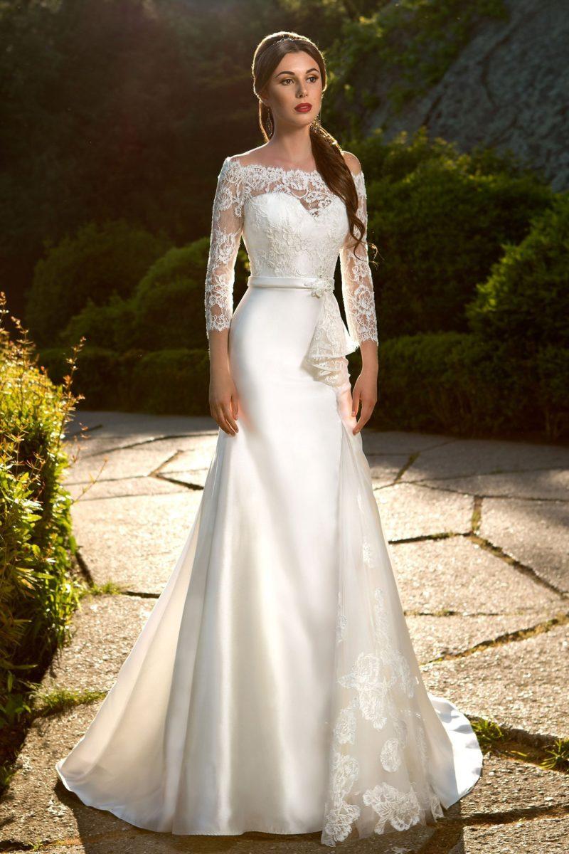 Сияющее свадебное платье «рыбка» с закрытым кружевным верхом и элегантным поясом на талии.