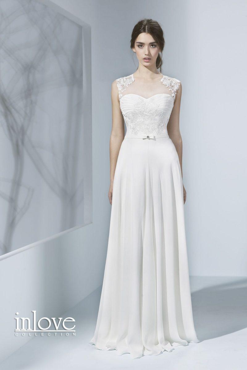 Стильное свадебное платье элегантного прямого кроя с закрытым кружевным лифом.