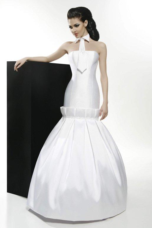 Атласное свадебное платье с острым воротником и небольшим галстуком.