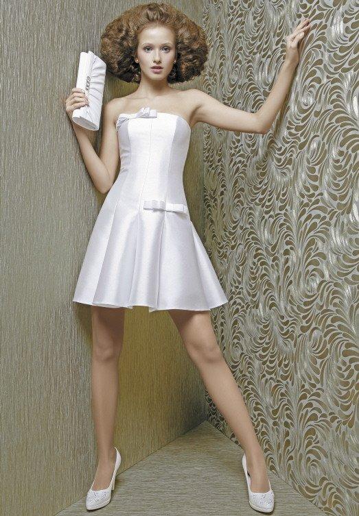 Короткое свадебное платье с бантами на корсете и атласным болеро.
