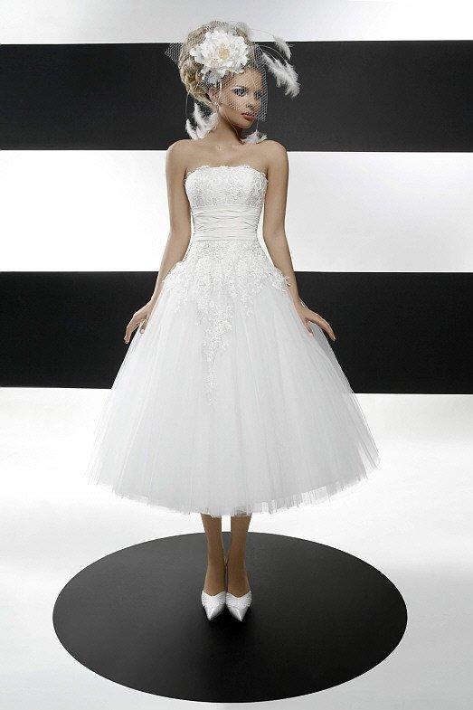 Пышное свадебное платье чайной длины с кружевным лифом прямого кроя.