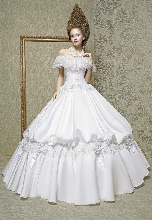 Драматичное свадебное платье пышного силуэта с оборками по лифу.