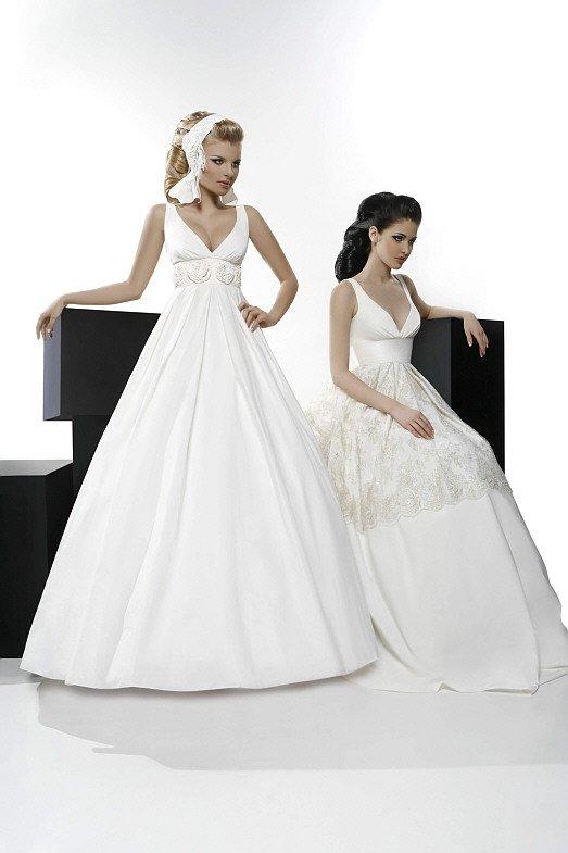 Стильное свадебное платье пышного кроя с завышенной талией и лаконичным лифом.