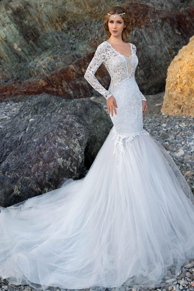 Шикарное свадебное платье «рыбка» с глубоким декольте и кружевными рукавами.