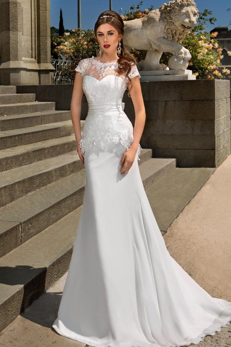 Облегающее свадебное платье с полупрозрачной кружевной баской и изящным закрытым лифом.