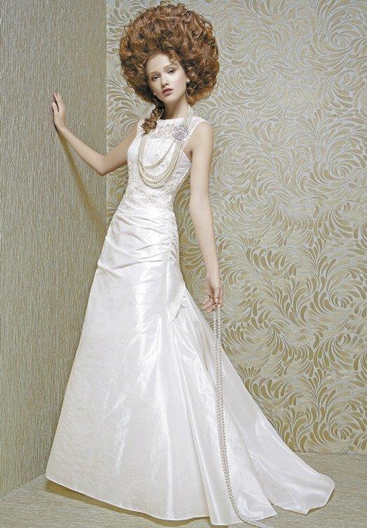 Свадебное платье из плотной глянцевой ткани с изящными драпировками на корсете.