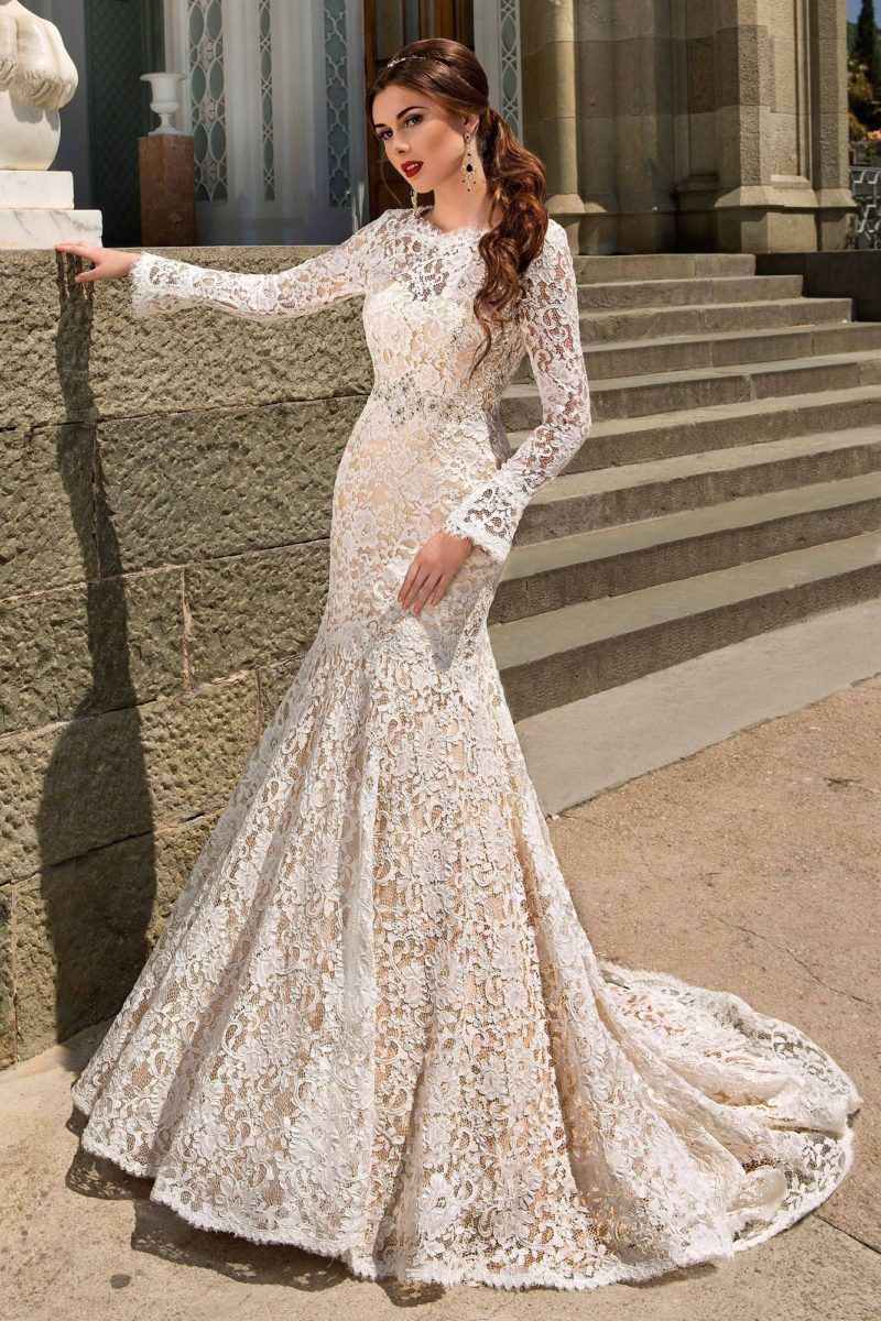 Бежевое свадебное платье с открытой спинкой и юбкой «рыбка» с кружевным шлейфом сзади.