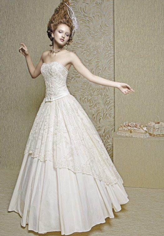 Роскошное свадебное платье цвета слоновой кости с кружевным декором.