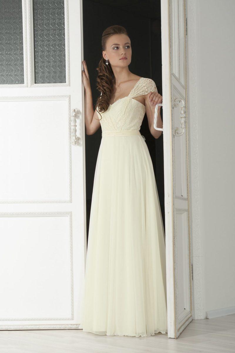 Ампирное свадебное платье цвета слоновой кости с открытым лифом с широкими бретелями.
