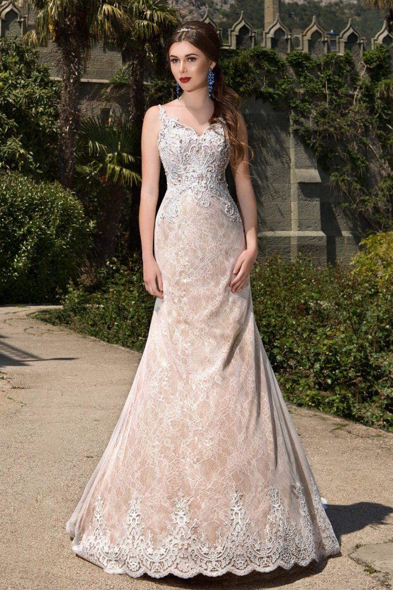 Свадебное платье «рыбка» с бежевой подкладкой и нежной кружевной отделкой по всей длине.