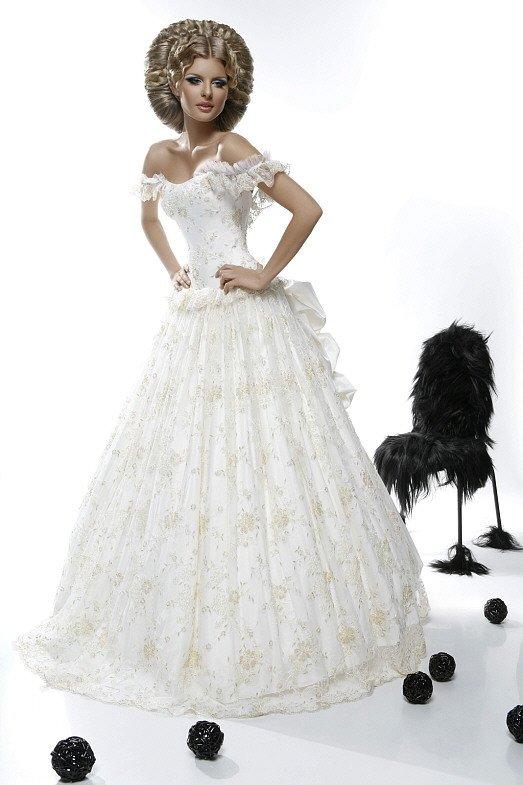 Свадебное платье с бретелями на предплечьях и пышным бантом сзади.