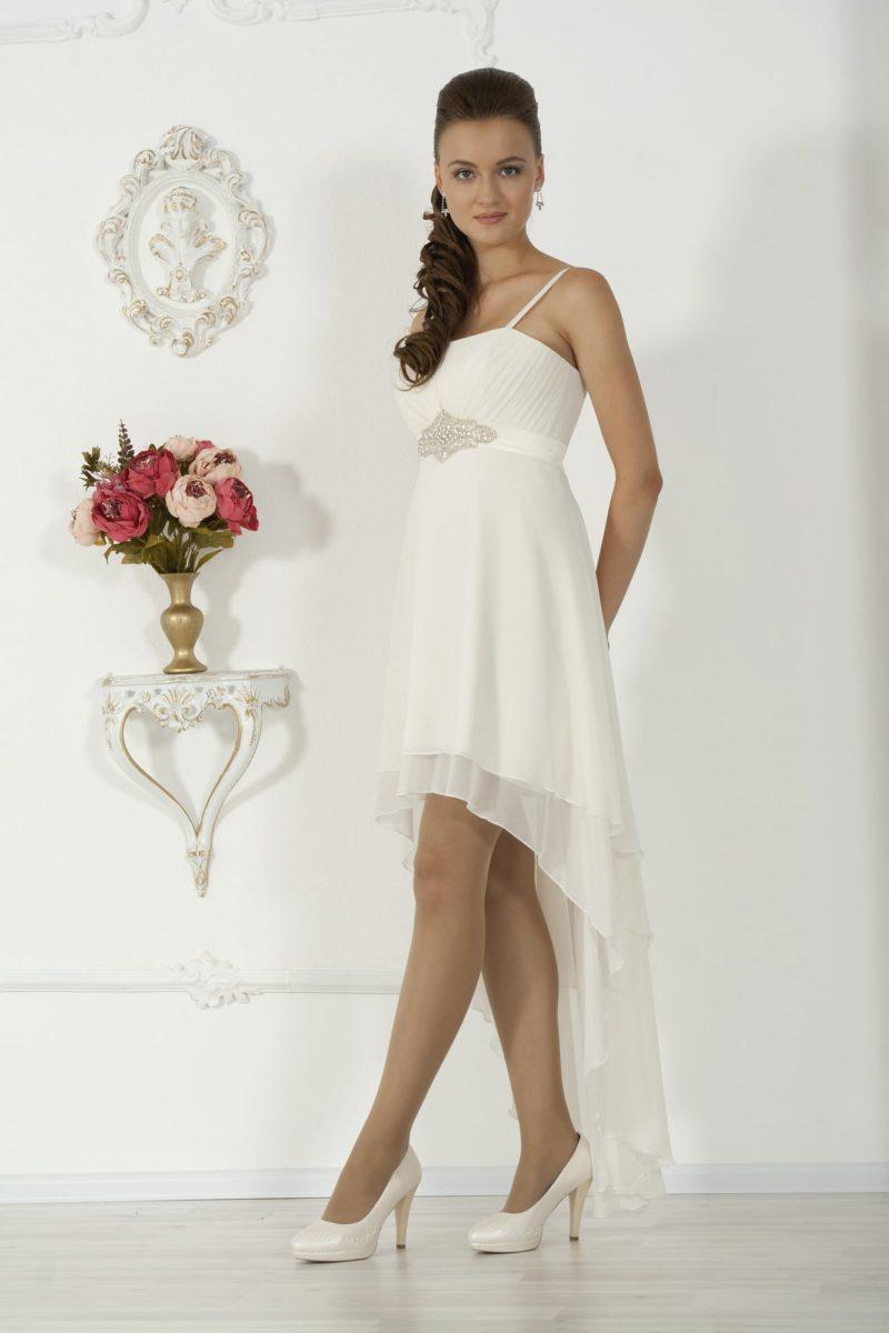 Изящное свадебное платье с короткой юбкой и завышенной талией.