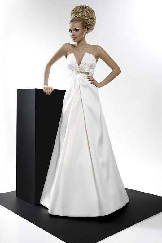 Атласное свадебное платье с V-образным вырезом на открытом лифе.