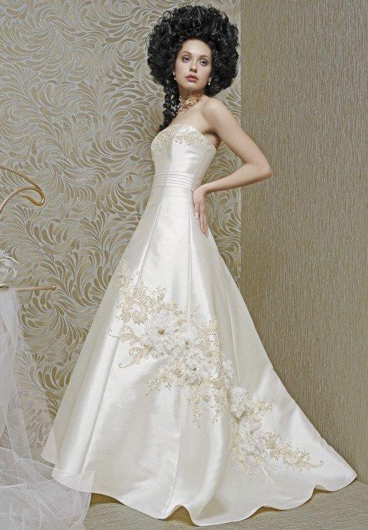 Атласное свадебное платье А-силуэта с эффектной вышивкой и длинным шлейфом.