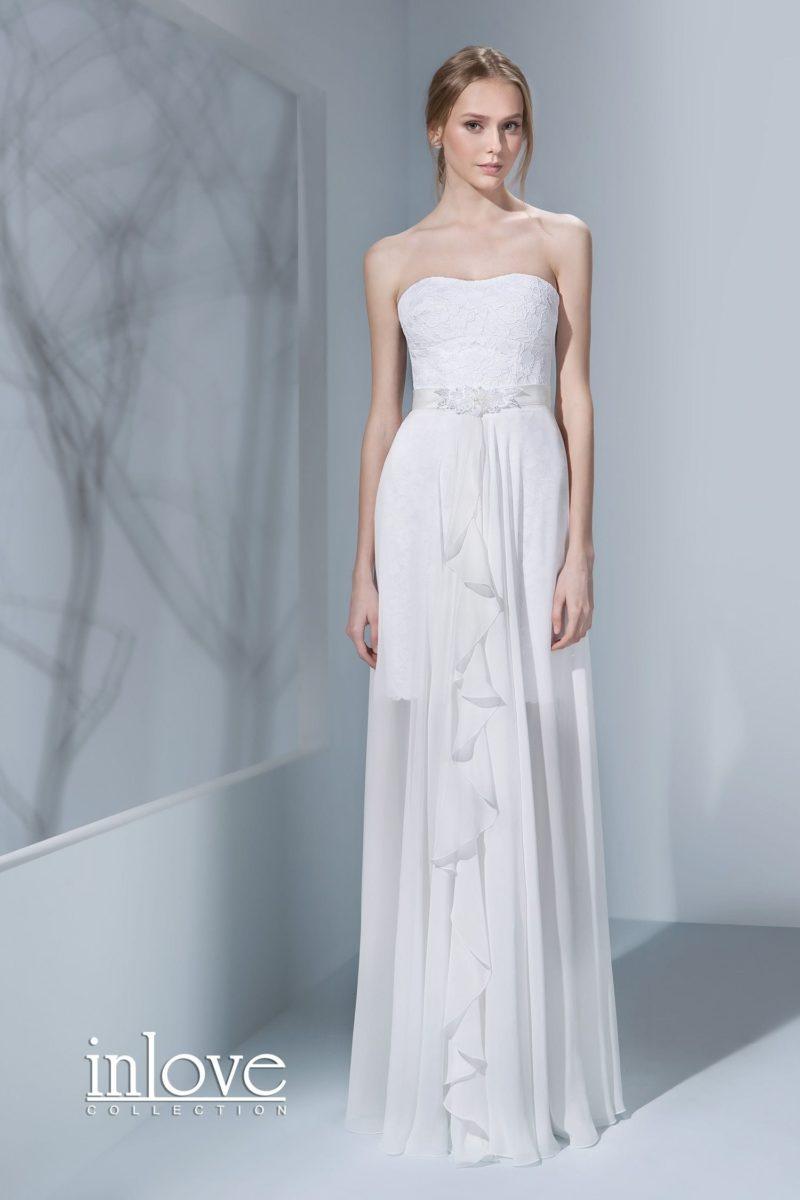 Оригинальное свадебное платье с верхней юбкой и кроем «футляр», покрытое кружевом.