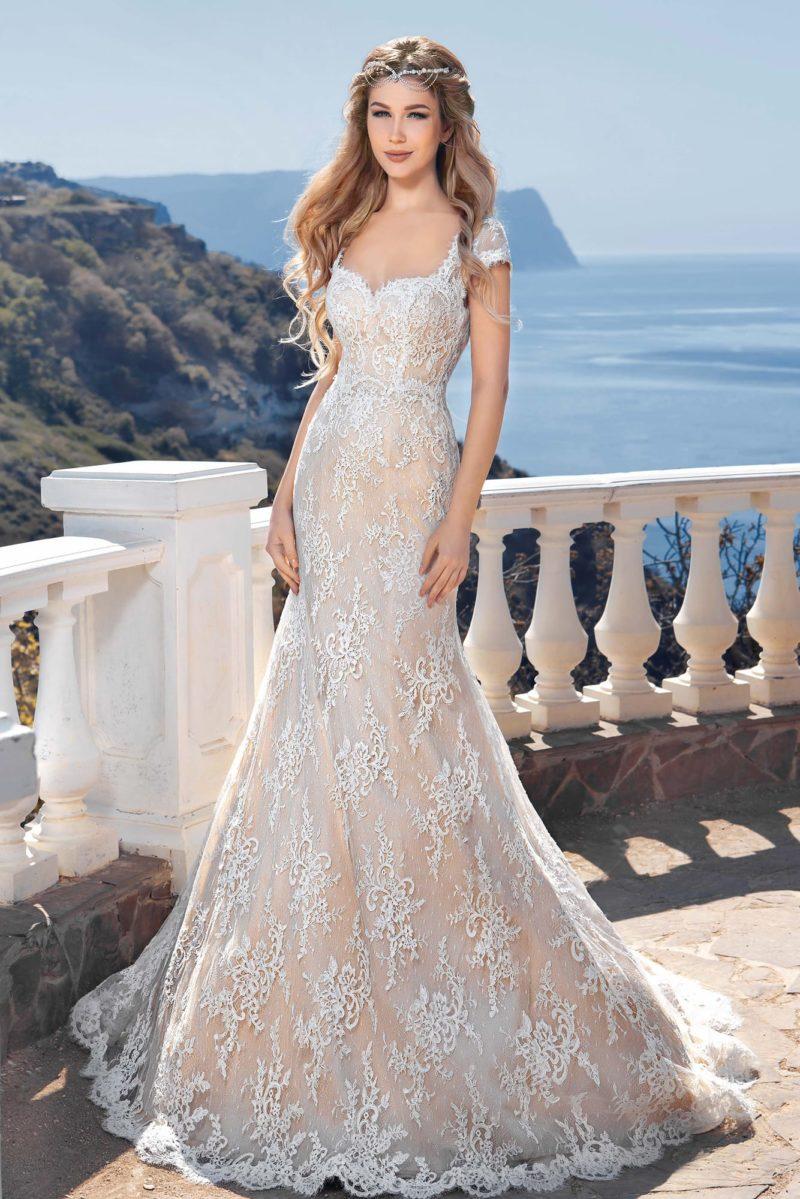 Кружевное свадебное платье с бежевой подкладкой и облегающим кроем «рыбка».