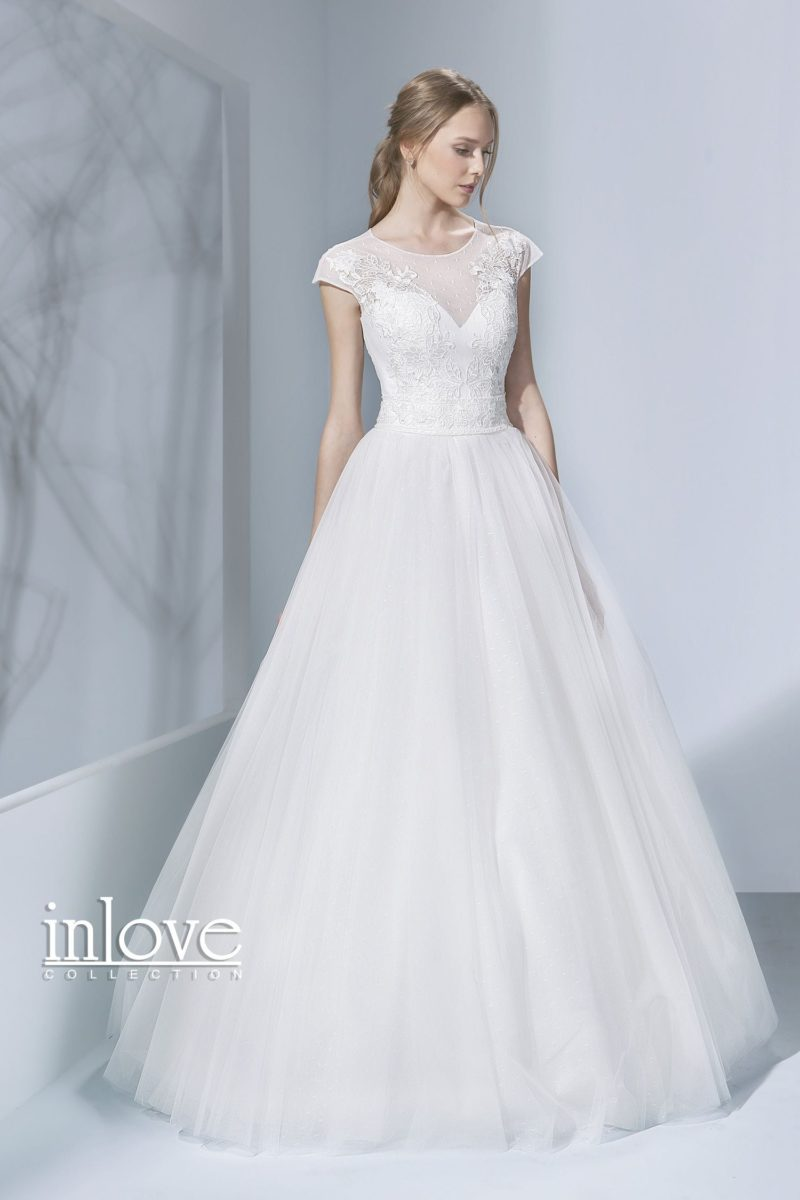 Изящное свадебное платье с коротким рукавом и многослойным пышным низом.