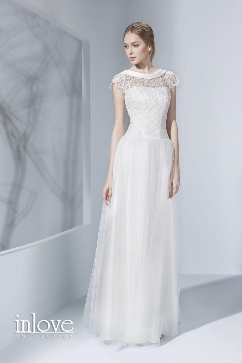 Романтичное прямое свадебное платье с открытой спинкой и короткими рукавами.