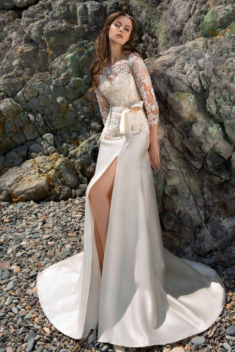 Атласное свадебное платье с высоким разрезом на юбке «русалка» и закрытым верхом.
