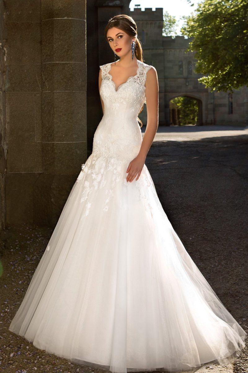 Свадебное платье с широкими кружевными бретелями и облегающей юбкой силуэта «русалка».