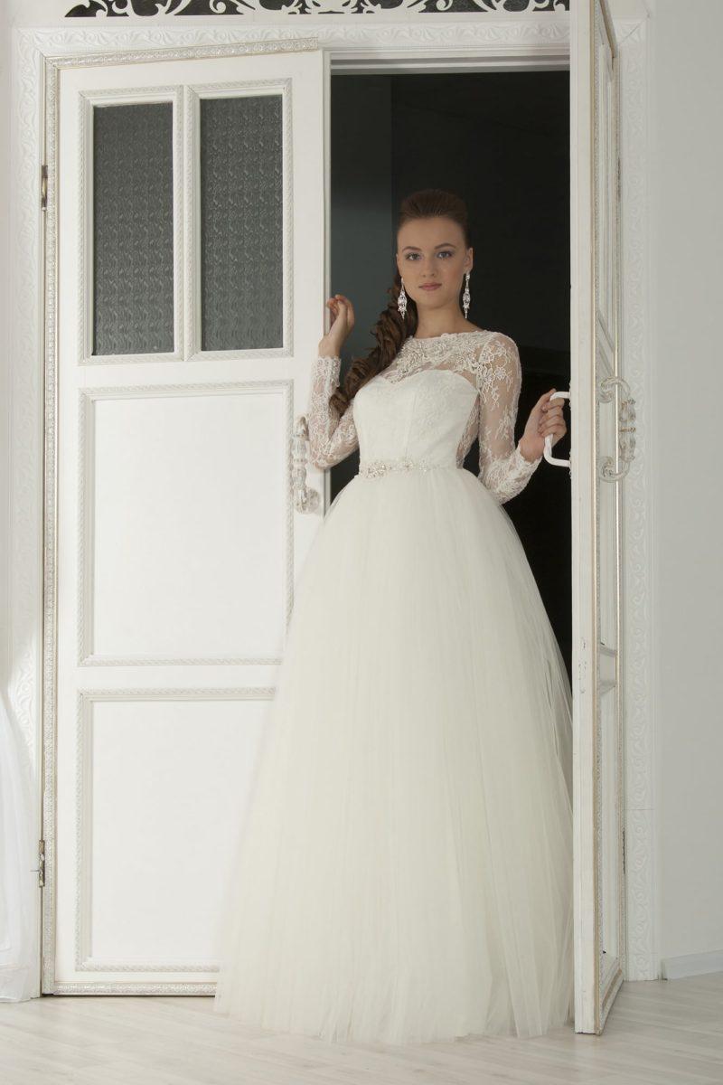 Пышное свадебное платье с длинными кружевными рукавами и фигурным вырезом под горло.