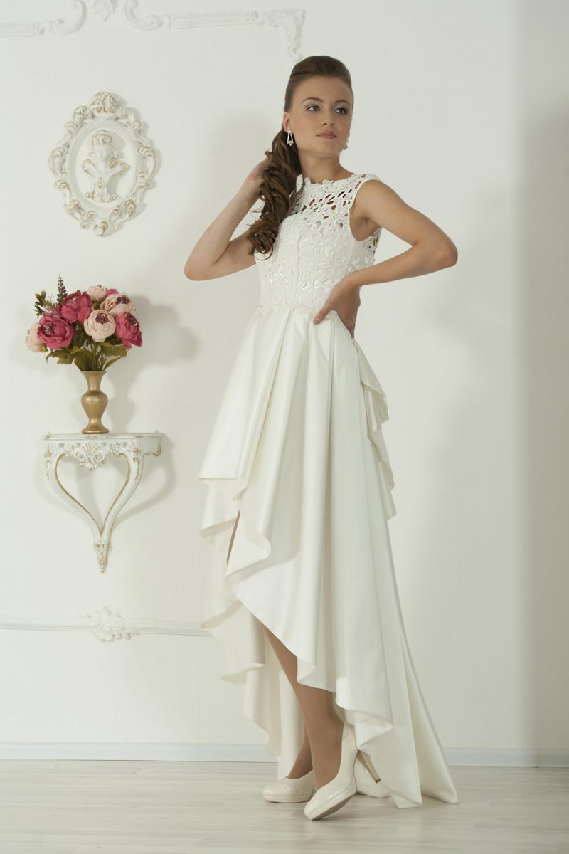 Свадебное платье с укороченным спереди подолом и закрытым кружевным верхом.