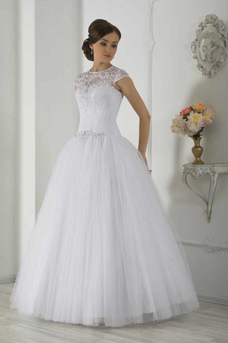 Пышное свадебное платье с фактурным кружевным поясом и короткими рукавами-крылышками.