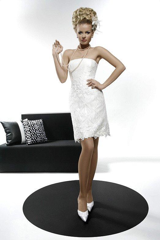 Свадебное платье-футляр, покрытое тонкой кружевной тканью от лифа до подола.