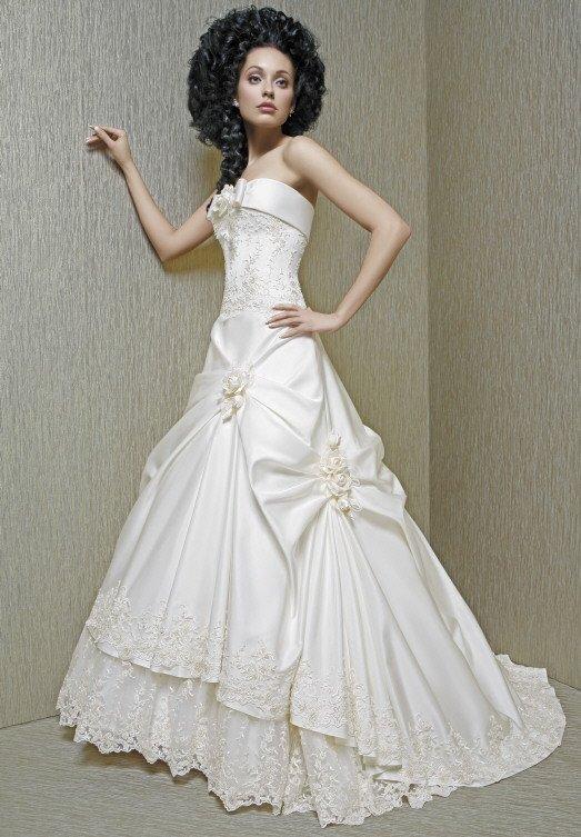 Свадебное платье с лифом прямого кроя и сложной юбкой со шлейфом.