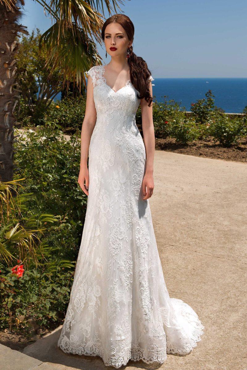 Прямое свадебное платье с великолепным прозрачным шлейфом и открытым лифом-сердечком.
