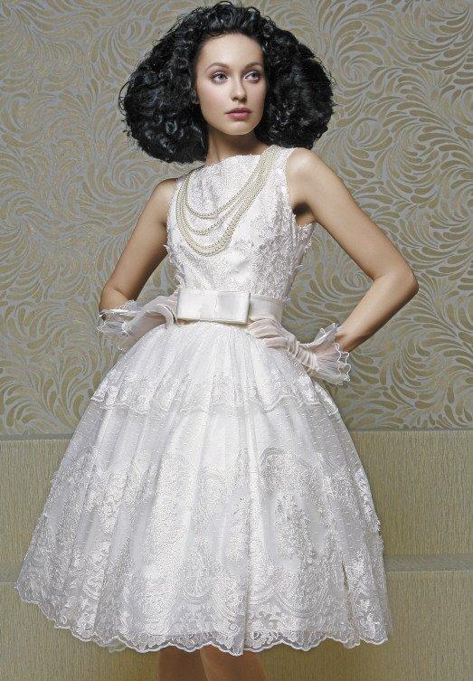 Короткое свадебное платье с невероятно пышной юбкой и изящным верхом.