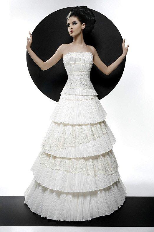 Нежное свадебное платье «принцесса» с вышивкой и плиссированными оборками.
