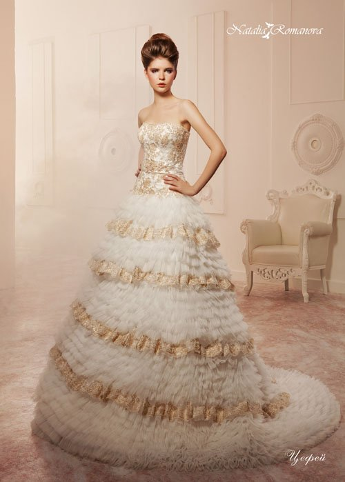 Открытое свадебное платье со съемной юбкой и золотистым декором по корсету и подолу.