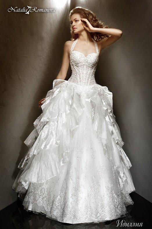 Великолепное свадебное платье с оборками по бокам подола и кружевным корсетом с бретелью-халтер.