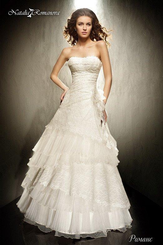 Свадебное платье в классическом стиле с фактурной отделкой из оборок и открытым лифом.