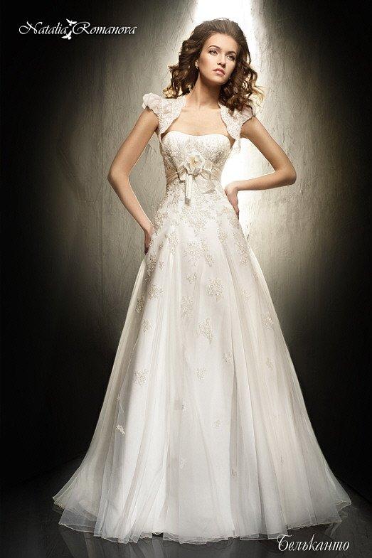 Свадебное платье «принцесса» с коротким болеро и кружевной отделкой верха.