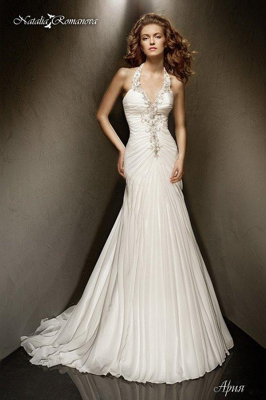 Свадебное платье «рыбка» с бретелью халтер и выразительной вышивкой по лифу и корсету.