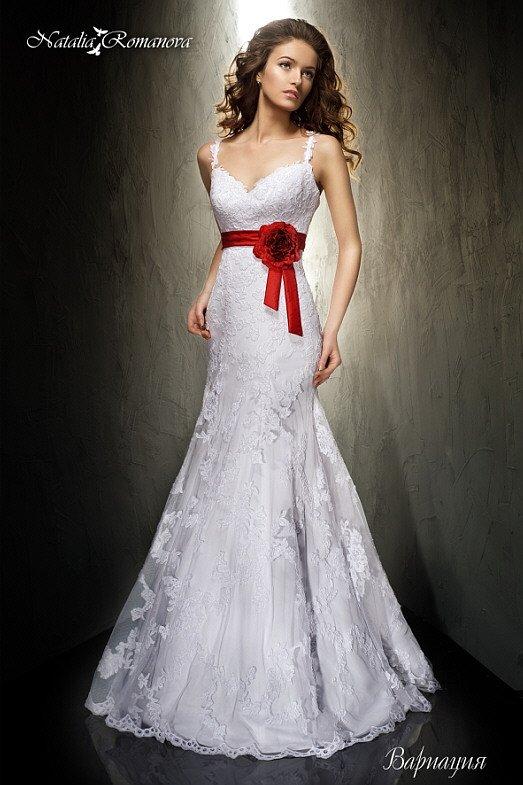 Облегающее свадебное платье с открытым лифом и алым поясом с крупным бутоном сбоку.