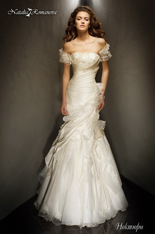 Свадебное платье «рыбка» с прямым лифом, бретелями на предплечьях и драпировками.