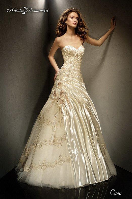 Незабываемое свадебное платье золотистого оттенка с эксцентричным декором и пышным кроем.