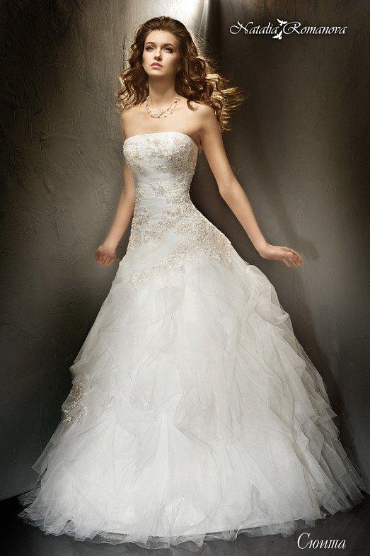 Свадебное платье с юбкой А-кроя и изысканным открытым корсетом с прямой линией декольте.